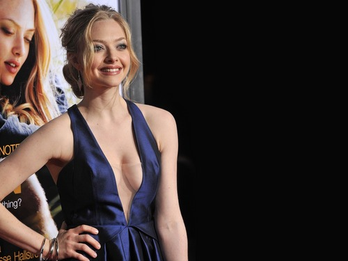 amanda seyfried wallpaper probably containing a koktil, koktail dress, a makan malam dress, and a strapless entitled AmaNda