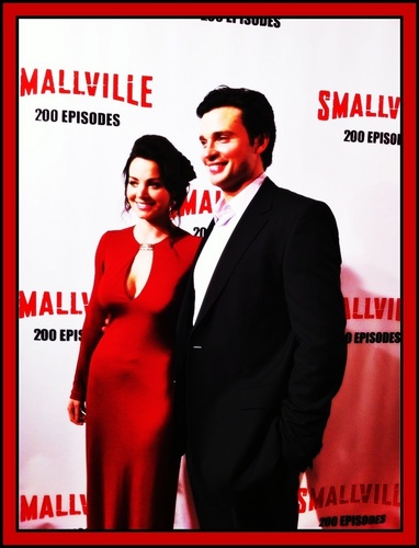 wachumba wa tevevisheni karatasi la kupamba ukuta with a business suit called Erica Durance & Tom Welling