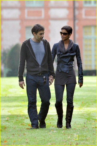 Halle Berry & Olivier Martinez: castillo, chateau with Salma Hayek!
