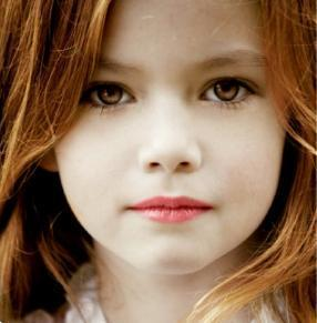 トワイライト・シリーズ 壁紙 containing a portrait entitled Mackenzie Foy aka Renesmee Cullen