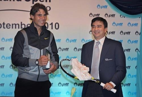 Rafael Nadal presents a tenis racket and jersey to Thai Prime Minister Abhisit Vejjajiva