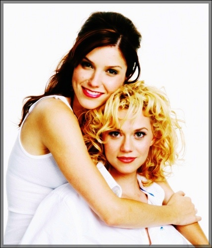 televisie achtergrond with a portrait called Sophia struik, bush & Hilarie burton