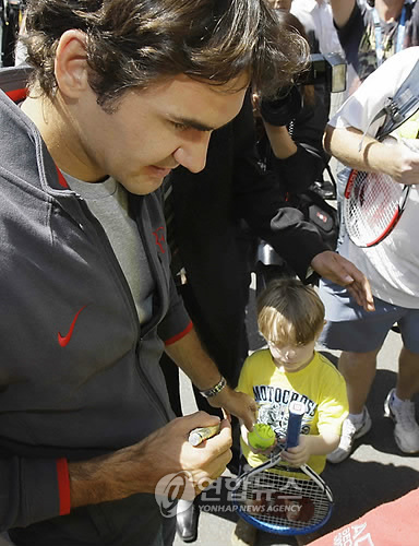 federer and small fan