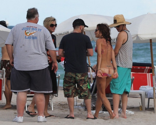 Adam Lambert on the пляж, пляжный