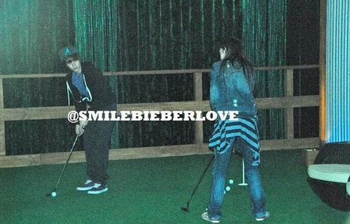 Exclusive pic: Justin&Caitlin playing golf