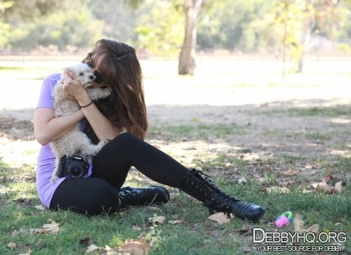 Debby Ryan karatasi la kupamba ukuta titled In the park with Presley,taking picha together(September 23,2010)
