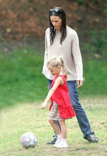 Jen took 紫色, 紫罗兰色 and Seraphina to play soccer!