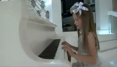 Renesmee klearning to play the piano