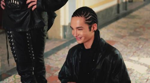 Tom Kaulitz 壁紙 with a well dressed person and an outerwear entitled Revista Vogue