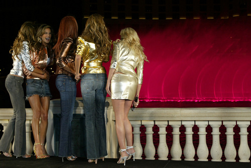 malaikat victoria secret wallpaper probably containing bare legs, a hip boot, and a air mancur titled malaikat Across America Tour – Bellagio Water Fountains