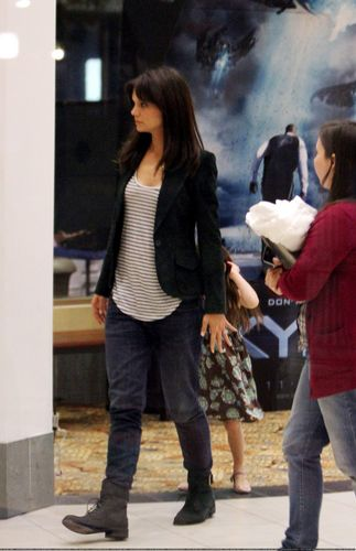 Katie Holmes ngựa around on set with Suri