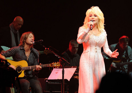 Keith Urban & Dolly Parton - We're All For The Hall Benefit コンサート