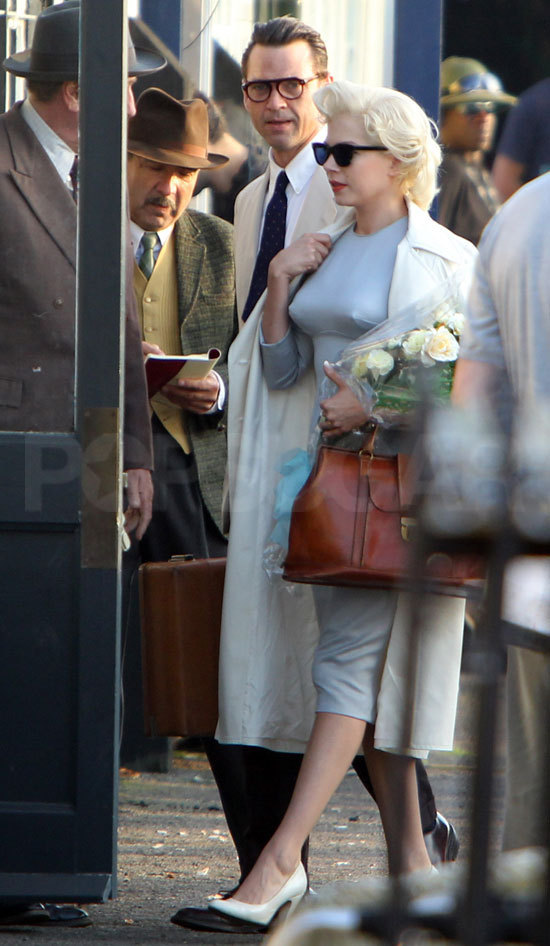 Michelle-Williams-On-the-Set-My-Week-With-Marilyn-8-10-2010-michelle-williams-16179655-550-946.jpg