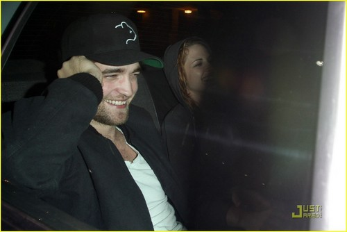 New Pics!!! Rob & Kristen Smiling Away in LA Sunday Night 10/10