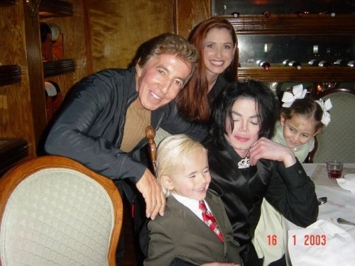 Rare pic of mj eating dîner with kids