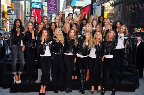 Victoria's Secret Angels - Times Square 2008