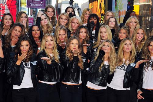 Victoria's Secret Engel - Times Square 2008
