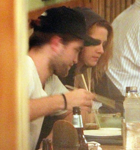 10/10/1910 - Robsten makan malam at a Japanese restaurant