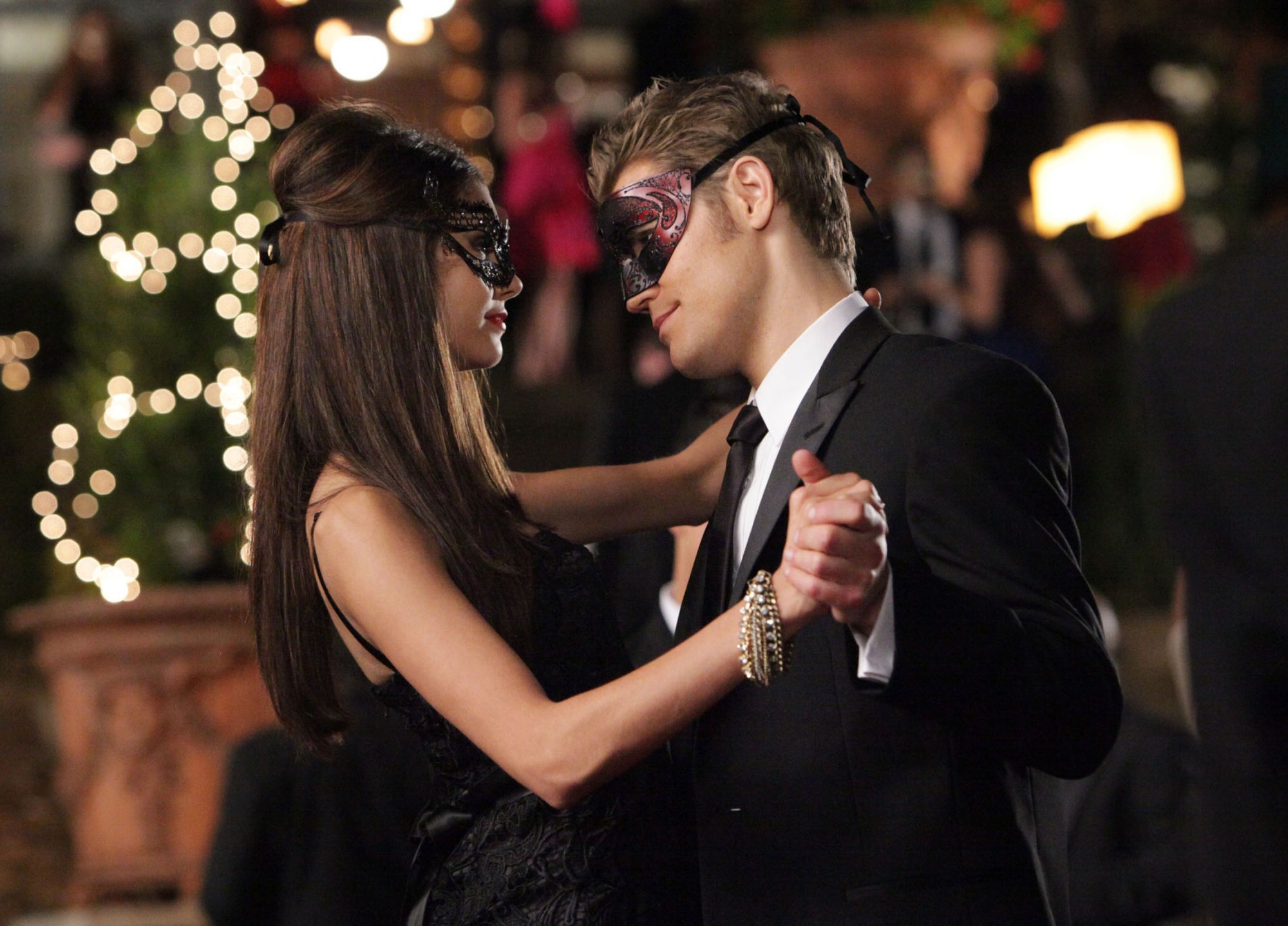 http://images4.fanpop.com/image/photos/16200000/2-07-Masquerade-the-vampire-diaries-16220628-2000-1438.jpg