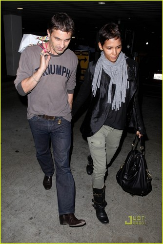 Halle Berry & Olivier Martinez: T-Mobile Twosome
