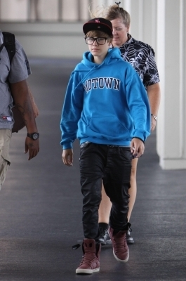 Justin departs from the airport in Hawaii