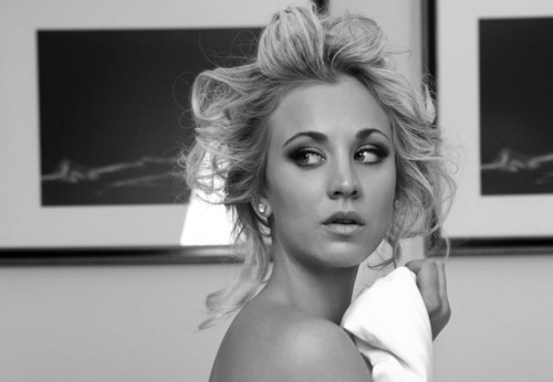 生活大爆炸 壁纸 possibly with skin and a portrait entitled Kaley Cuoco Watch Magazine