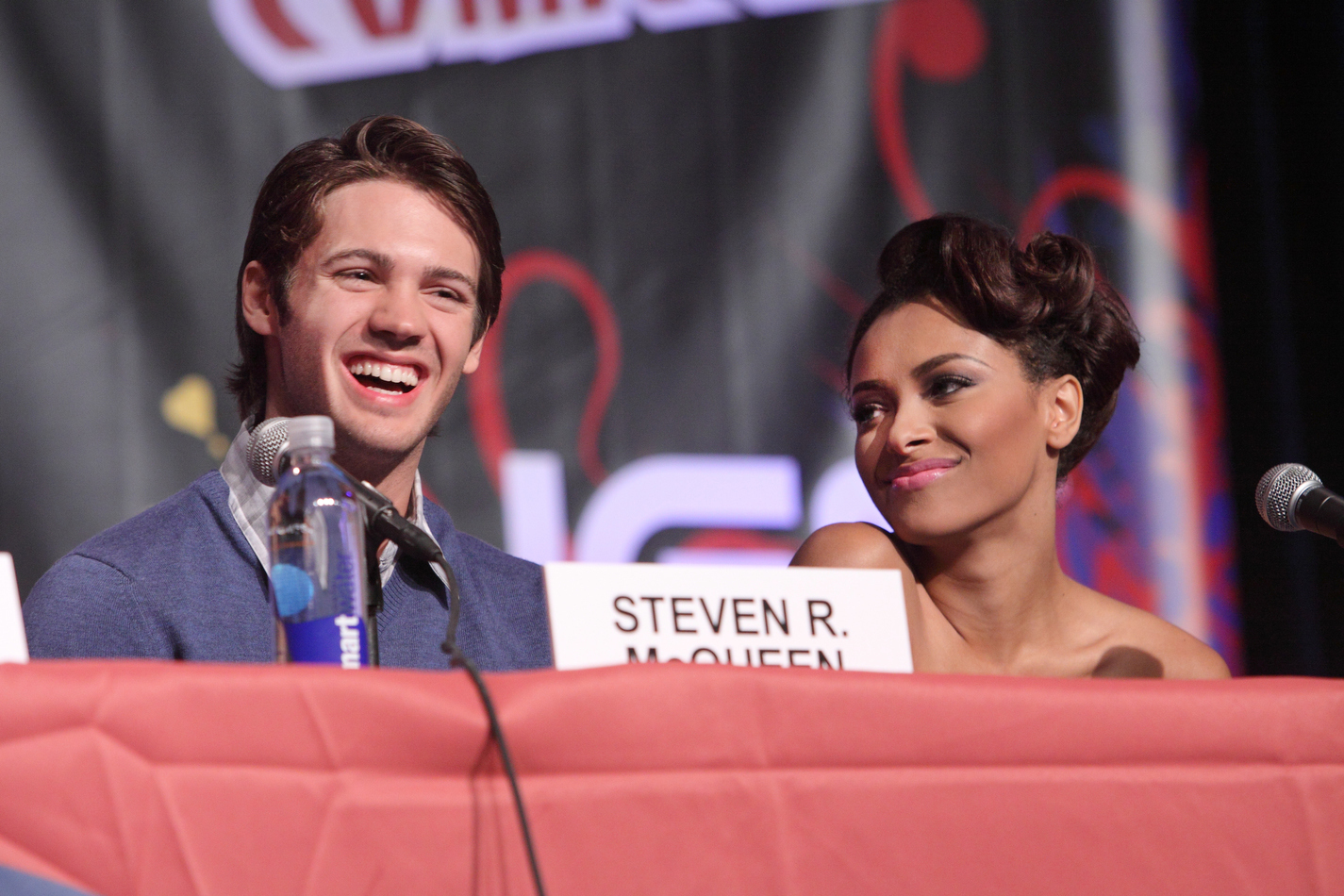 http://images4.fanpop.com/image/photos/16200000/New-York-Comic-Con-the-vampire-diaries-16246900-1425-950.jpg