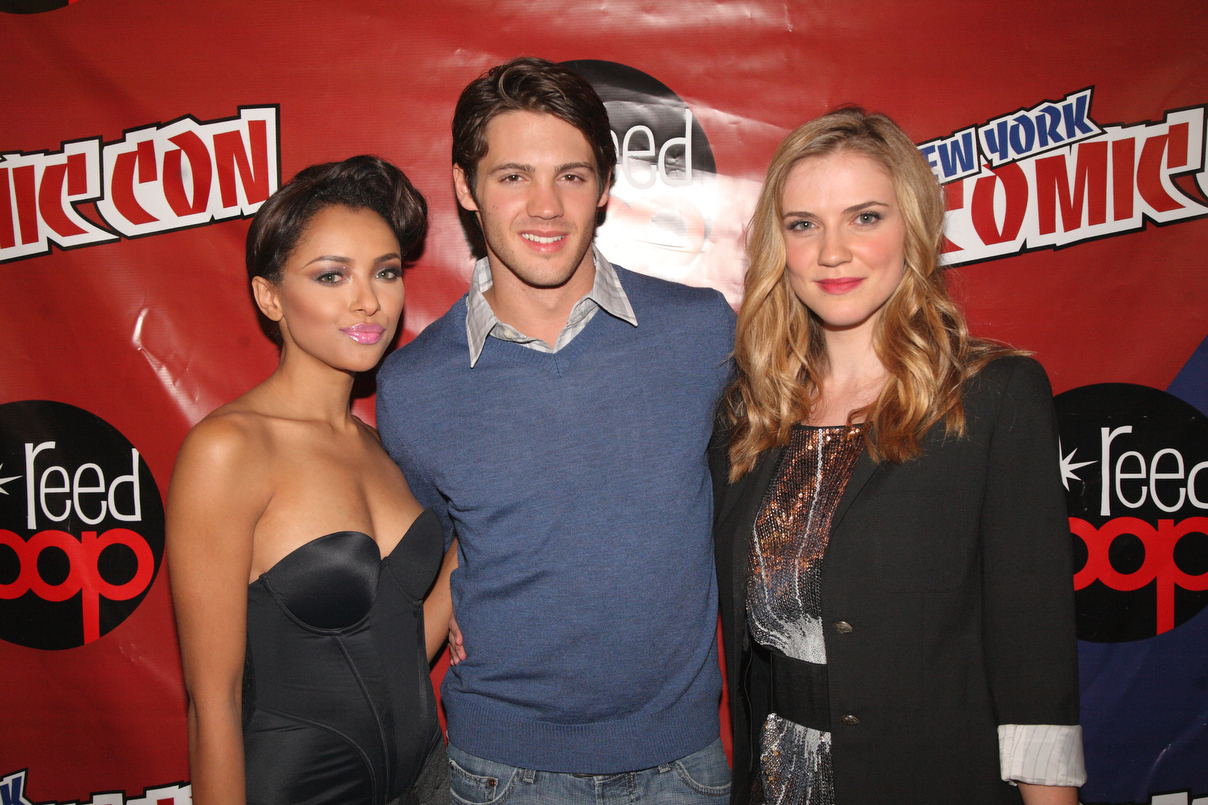 http://images4.fanpop.com/image/photos/16200000/New-York-Comic-Con-the-vampire-diaries-16246963-1208-805.jpg