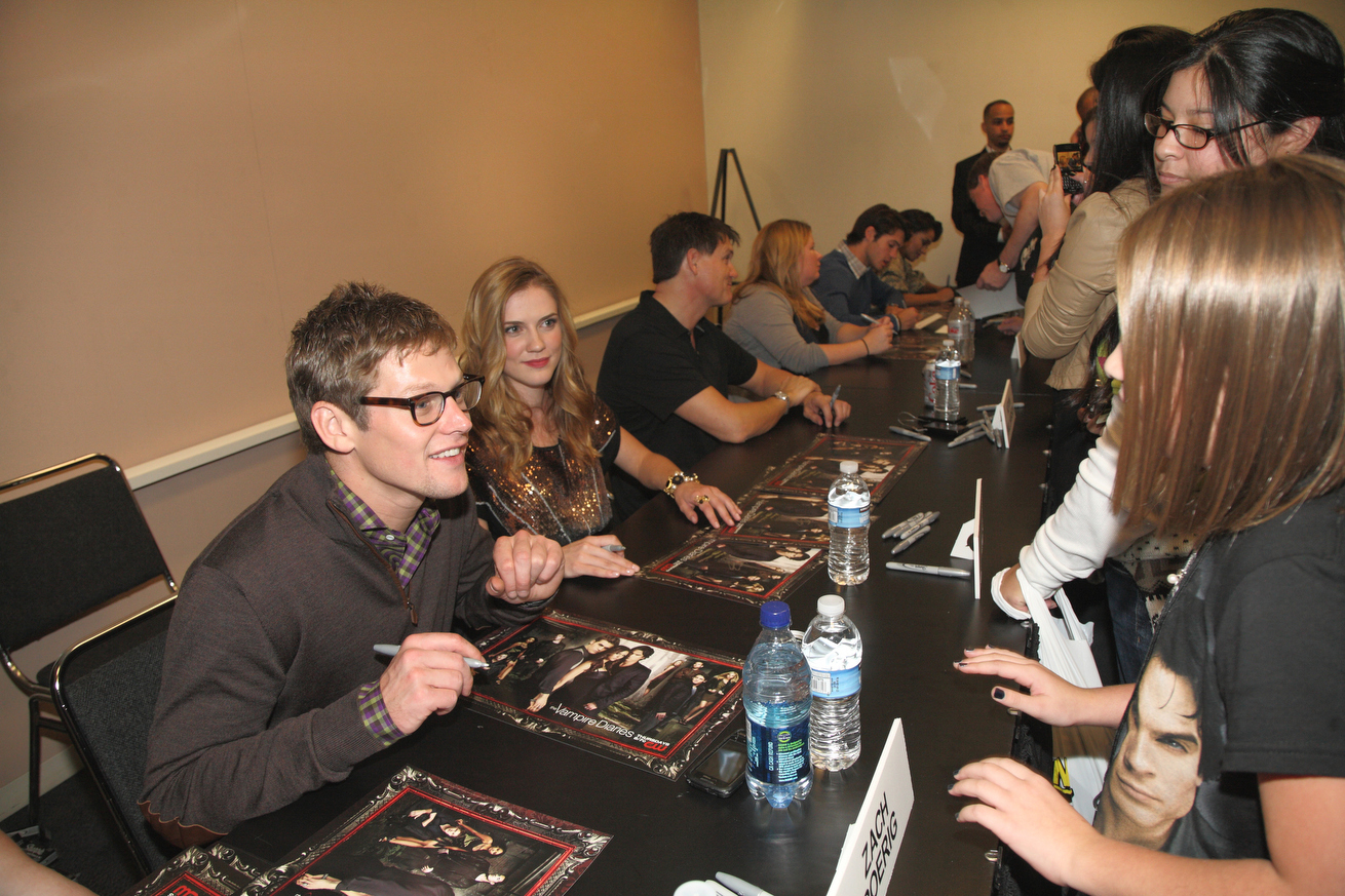 http://images4.fanpop.com/image/photos/16200000/New-York-Comic-Con-the-vampire-diaries-16246971-1310-873.jpg