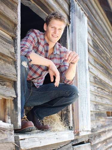 http://images4.fanpop.com/image/photos/16200000/Zach-Roerig-Seventeen-Magazine-the-vampire-diaries-16277654-375-500.jpg