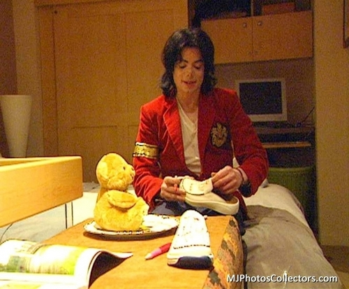 serigala, wolf Family Visits MJ At Neverland (June, 2003)