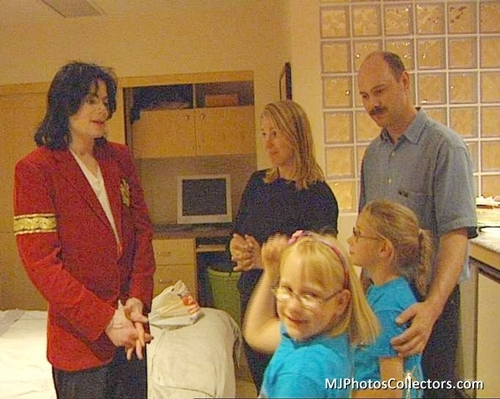 নেকড়ে Family Visits MJ At Neverland (June, 2003)