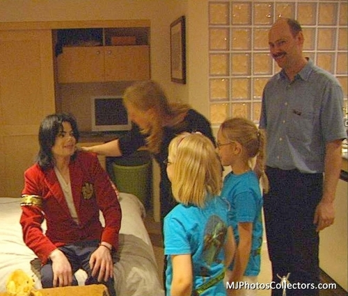 chó sói, sói Family Visits MJ At Neverland (June, 2003)