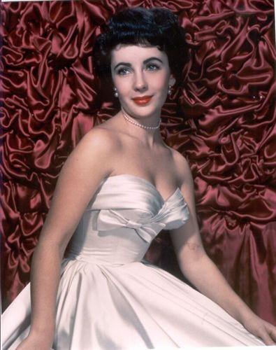 Elizabeth Taylor karatasi la kupamba ukuta possibly containing a gown, a chajio, chakula cha jioni dress, and a bridesmaid called Elizabeth Taylor