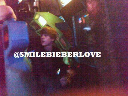 JUSTIN BIEBER GETS INTO A LASER FIGHT WITH A 12-YEAR-OLD BOY!! - justin-bieber Photo