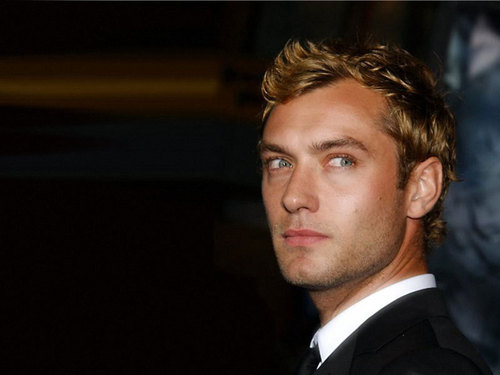 Jude Law achtergrond containing a business suit, a suit, and a three piece suit titled Jude Law