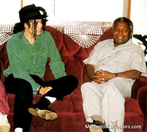 MJ-Africa-michael-jackson-16340455-500-448.jpg