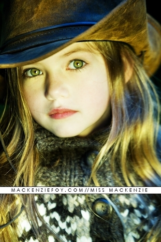 Mafuatano ya Twilight karatasi la kupamba ukuta possibly with a fedora, a boater, and a dress hat called Mackenzie Foy