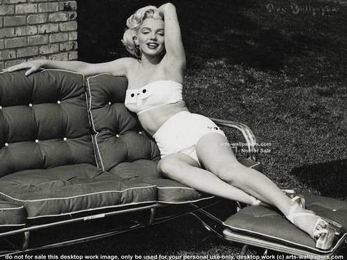 Marilyn Monroe karatasi la kupamba ukuta possibly with bare legs, a couch, and tights titled Marilyn Monroe