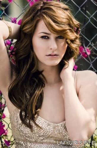 Scout Taylor-Compton Hintergrund containing a chainlink fence and a portrait titled Scout