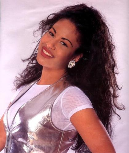 Selena Quintanilla-Pérez wallpaper containing a portrait entitled Selena