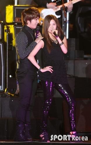 Yonghwa & Seohyun sing 'Run devil Run'