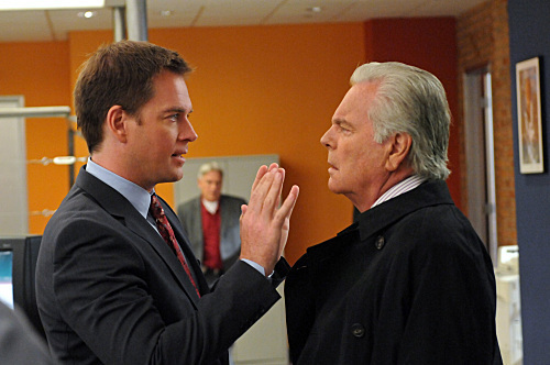 NCIS 〜ネイビー犯罪捜査班 〜ネイビー犯罪捜査班 壁紙 containing a business suit, a suit, and a dress suit called Broken ARROW/アロー 8x07 Promo Pics