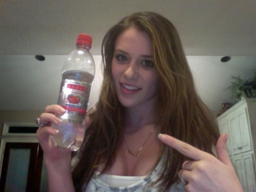 Caitlin Drinking Clear American aardbei Water((: