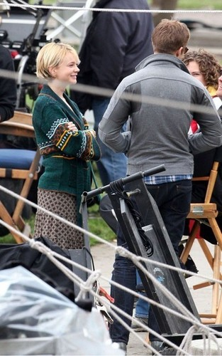 Carey Mulligan & Ryan sisiw ng gansa Feed Ducks on 'Drive' Set