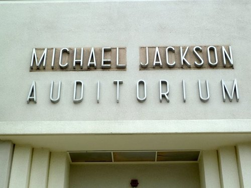 HELP US UNCOVER MICHAEL JACKSON'S NAME ON THE GARDNER улица, уличный SCHOOL AUDITORIUM SIGN