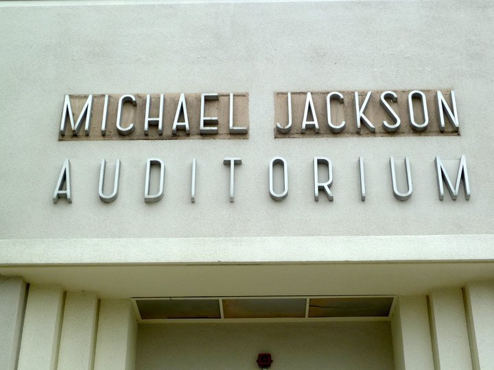HELP US UNCOVER MICHAEL JACKSON'S NAME ON THE GARDNER सड़क, स्ट्रीट SCHOOL AUDITORIUM SIGN