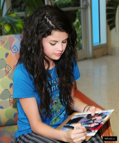 Selena Gomez Hintergrund possibly with a sign and a abendessen tabelle entitled Selena Foto