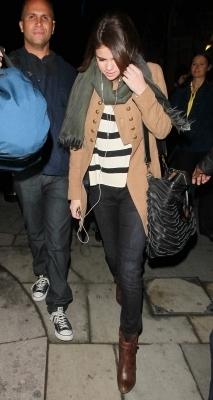 Selena out in Luân Đôn