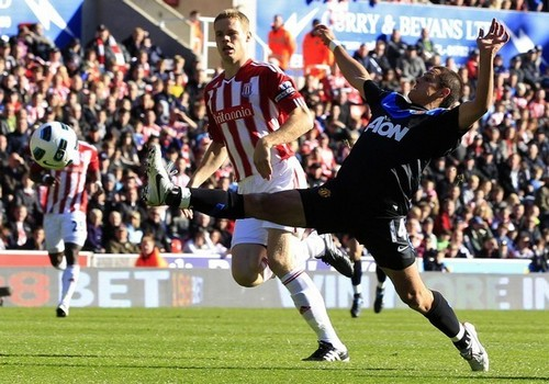 Manchester United wallpaper containing a lineman, a football, and a fullback called Stoke City (1) vs Manchester United (2)